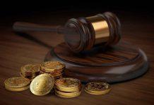 Monety bitcoin i młotek sędziowski jako symbol wątpliwości, czy kryptowaluty są legalne
